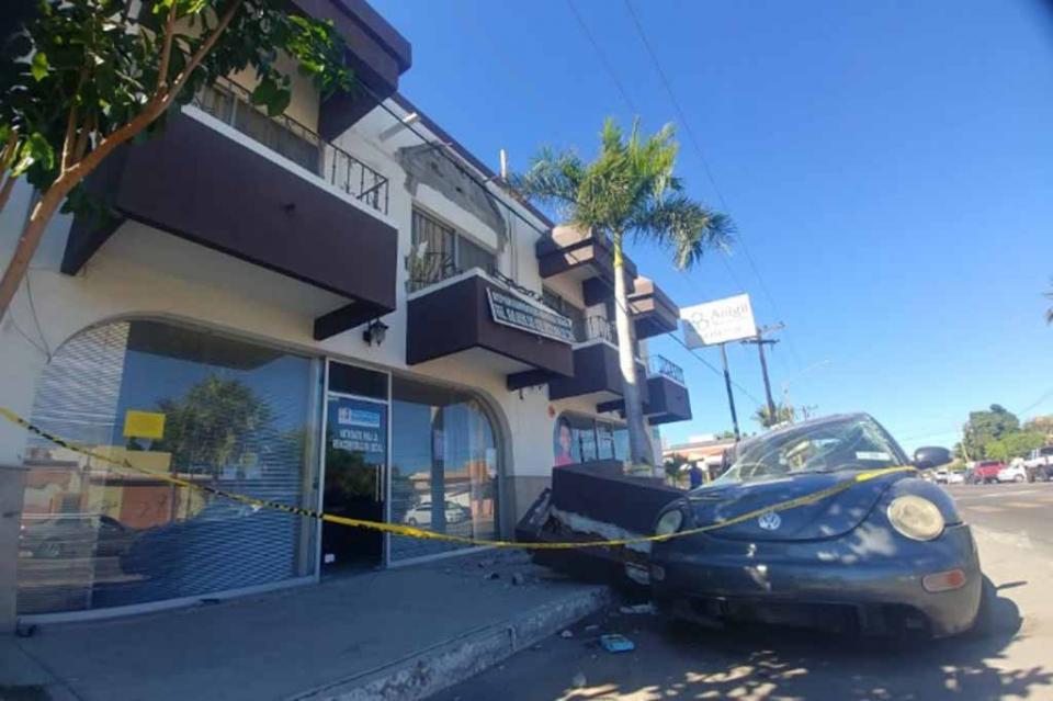 Se desploma techo de departamentos y cae sobre auto en La Paz