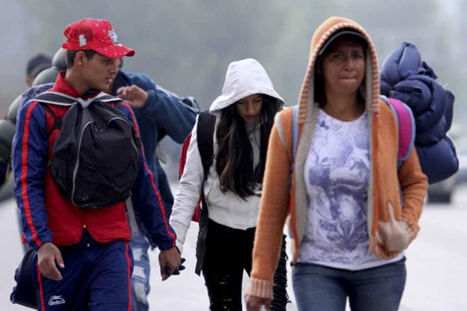 Con frío, migrantes avanzan por la autopista México-Querétaro