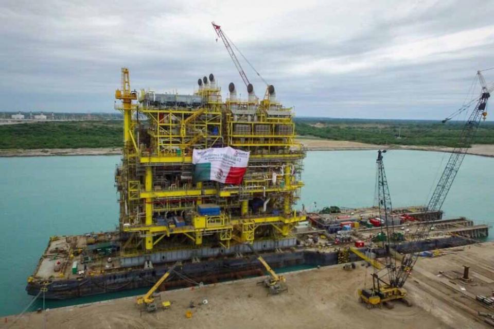 Zarpa la plataforma petrolera más grande construida en México