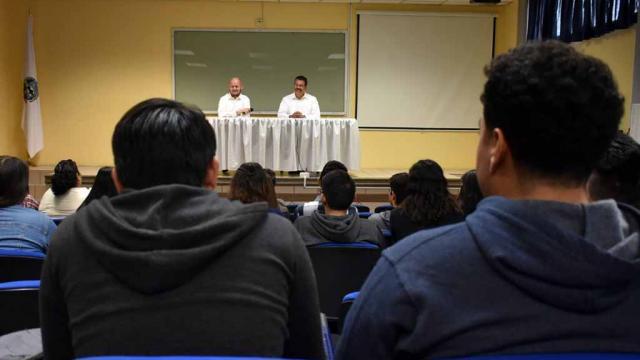 Alumnos de la UABCS acuden a conferencia sobre la ética y los derechos humanos