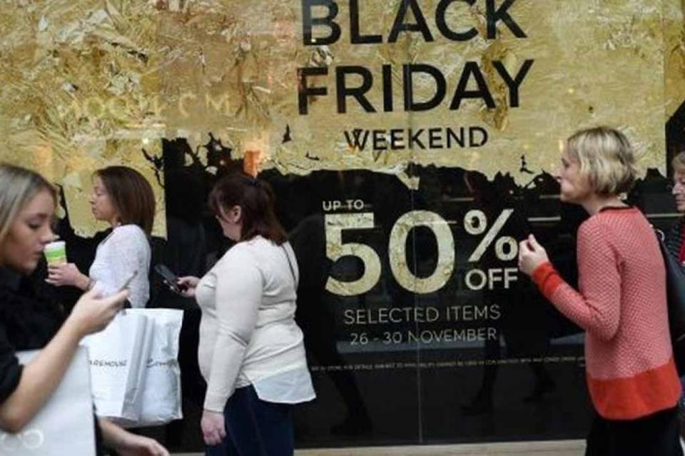 """Millones de compradores abarrotan tiendas de EUA en """"viernes negro"""""""