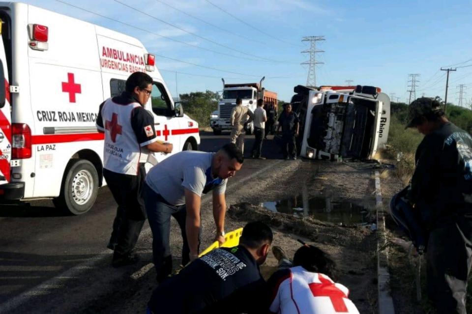 Vuelca camión recolector de basura en libramiento Santiago-Oceguera