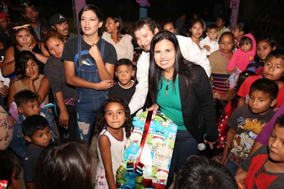 Niños de la colonia Leonardo Gástelum comparten posada con alcaldesa Armida Castro
