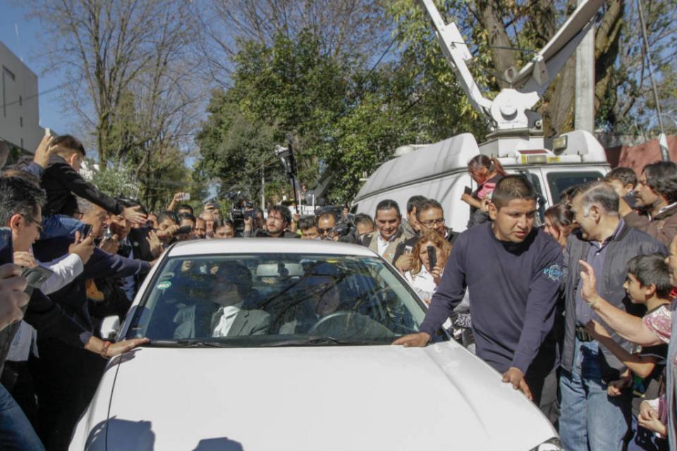 Sale López Obrador de su casa en Tlalpan rumbo a Palacio Legislativo