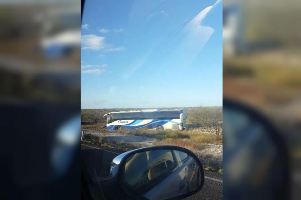 Pasajeros se llevan susto al salirse camión de la carretera