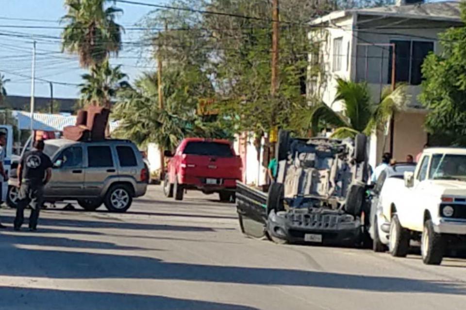 Choque y volcadura se registra en calles de colonia Pueblo Nuevo en La Paz