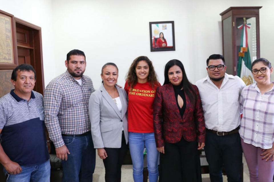 Recibe Alcaldesa Armida Castro a jugadora del Club América originaria de Los Cabos