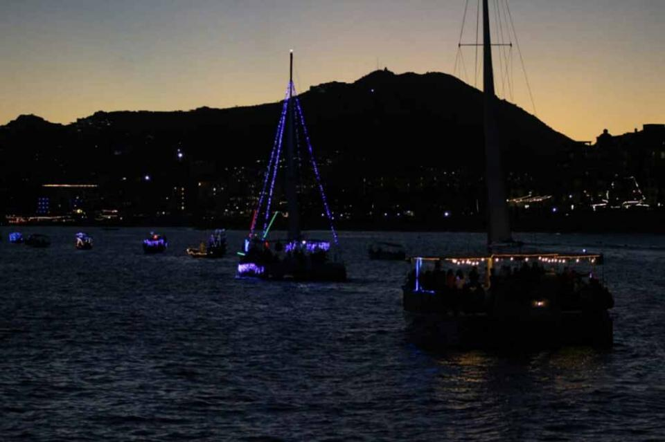 Llega por mar el ambiente navideño a Los Cabos