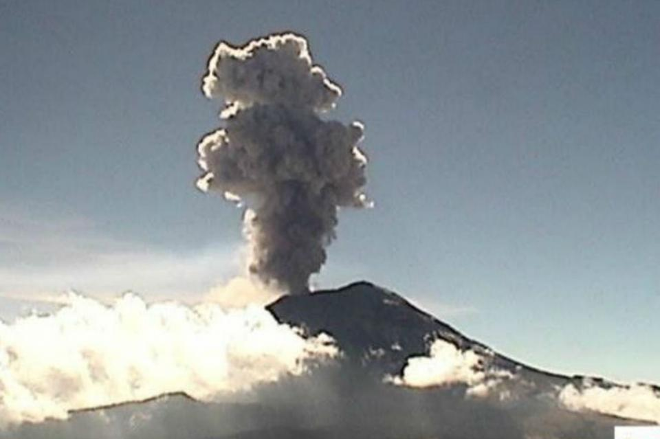 Popocatépetl emite fumarola de más de un kilómetro de altura