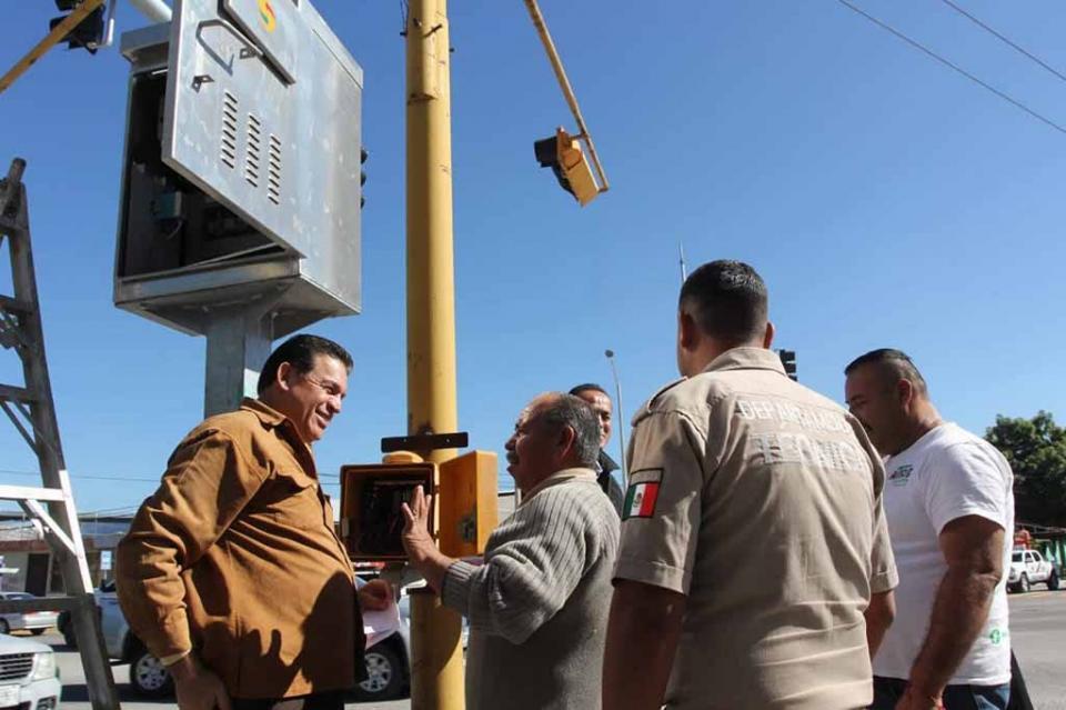 Ponen en operación 3 semáforos inteligentes en La Paz