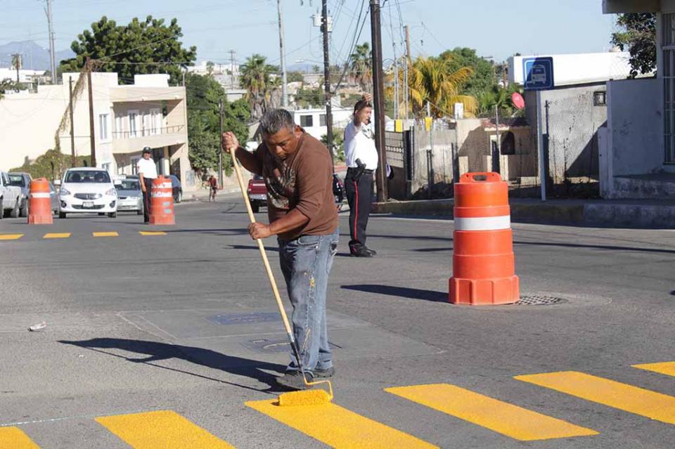 Dan mantenimiento a pasos peatonales en escuelas de Los Cabos