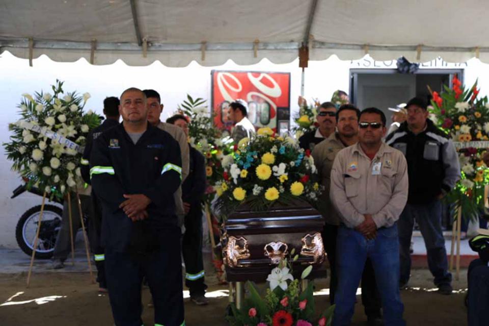 Rinden homenaje de cuerpo presente a Francisco Alucano González