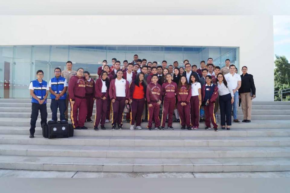 Jóvenes estudiantes visitaron la Escuela de Aviación Naval en La Paz