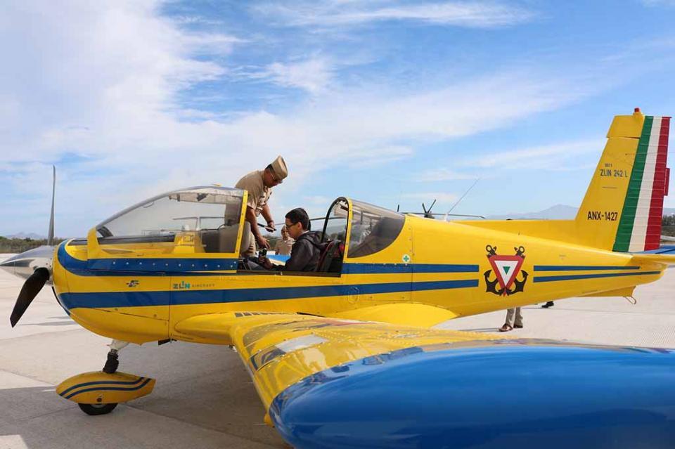 Programa Ruta de las Instituciones lleva a alumnos de secundaria a la escuela de Aviación Naval: SEP