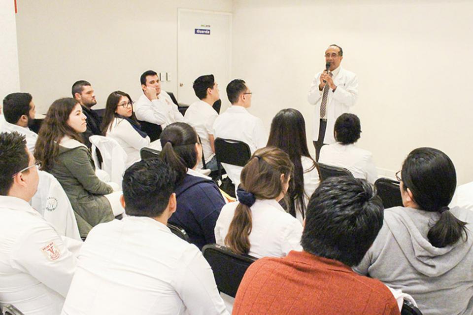 Imparte Salud curso de inducción a médicos que realizarán su servicio social