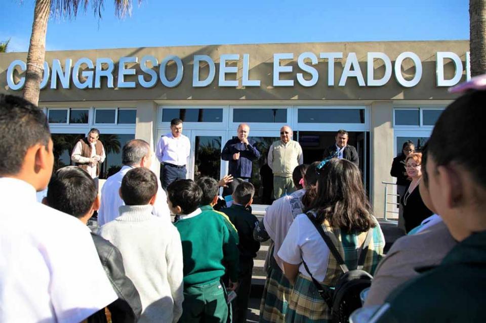 Estudiantes de la escuela Carlos A. Carrillo, realizan la Ruta de las Instituciones