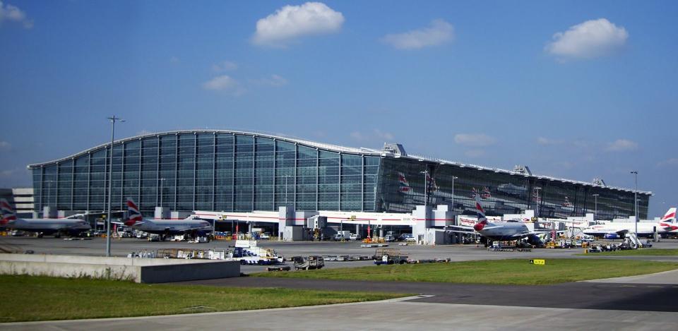 Policía investiga si drones en aeropuertos de Londres están vinculados
