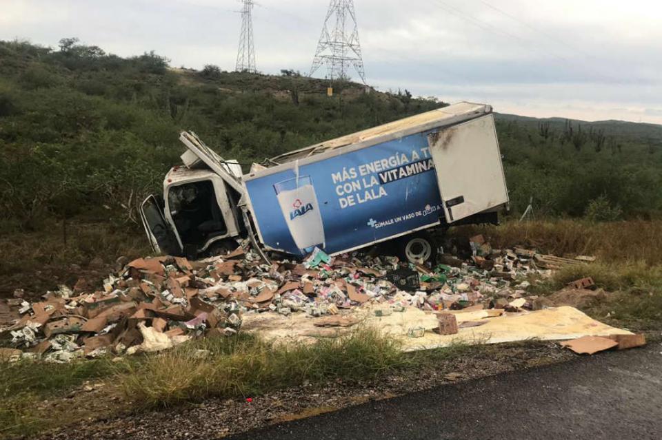 Lluvias provocan salidas de camino y volcaduras de vehículos en carreteras de La Paz y Los Cabos