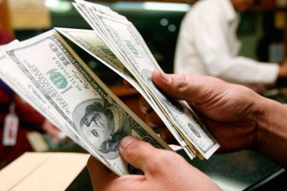 Dólar inicia la semana en 19.67 pesos en terminal aérea capitalina