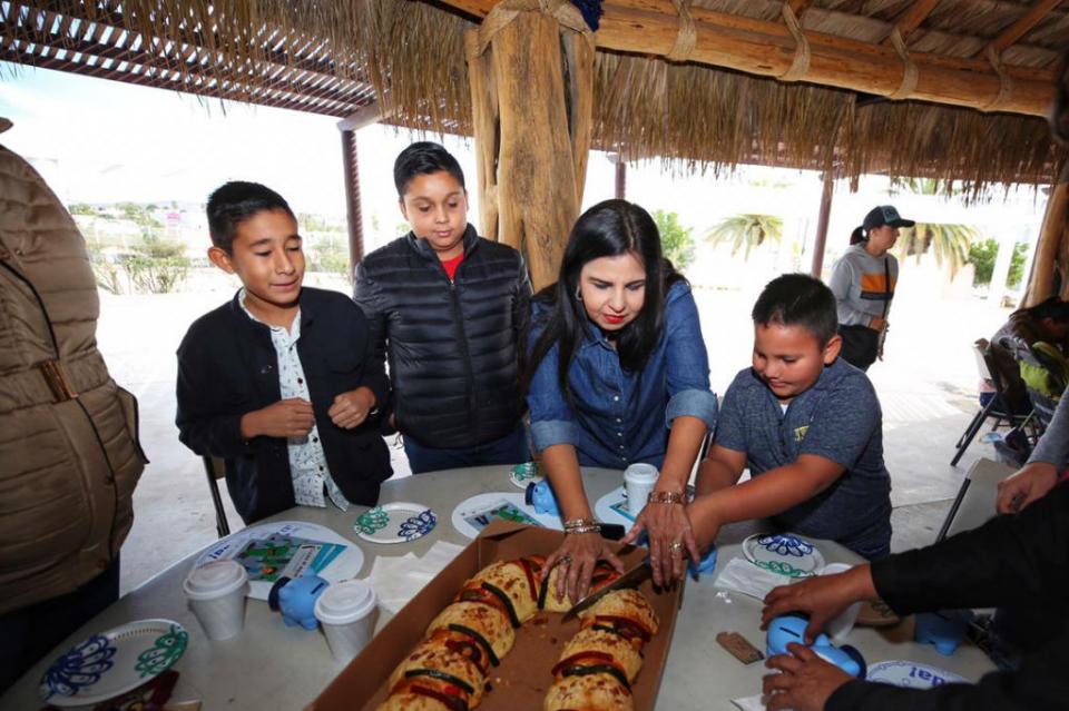 Comparte alcaldesa Armida Castro tradicional rosca de Reyes con personal del Oomsapas