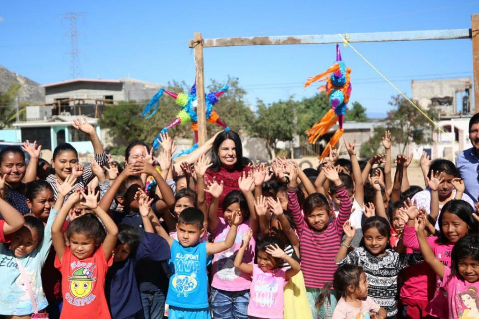 Comparte Armida Castro rosca de reyes con familias de Vista Hermosa
