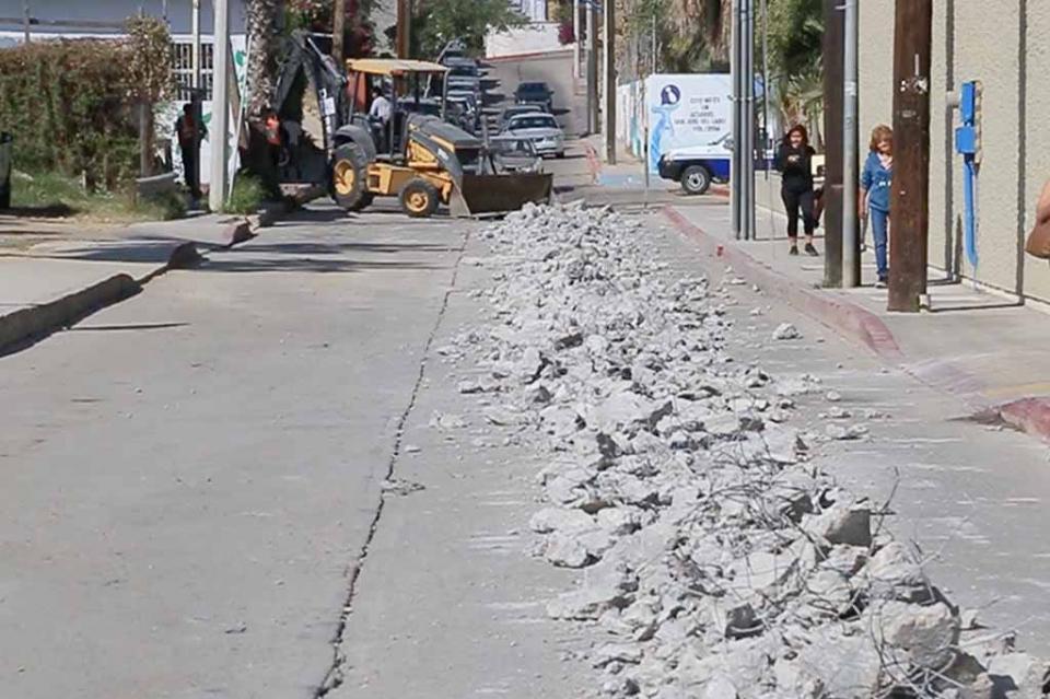 Trabaja Oomsapas Los Cabos sobre la calle Coronado para evitar derrames de aguas negras