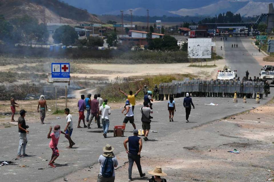 Manifestantes se enfrentan nuevamente a militares venezolanos en frontera brasileña