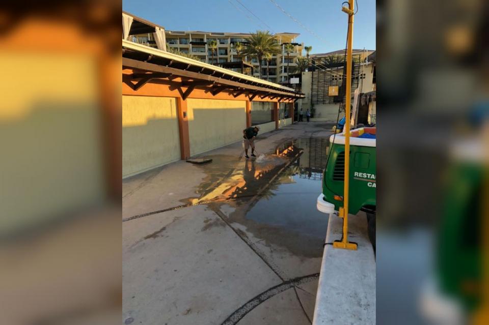 Fuerte encharcamiento de aguas residuales en andador de El Médano es depositado al mar