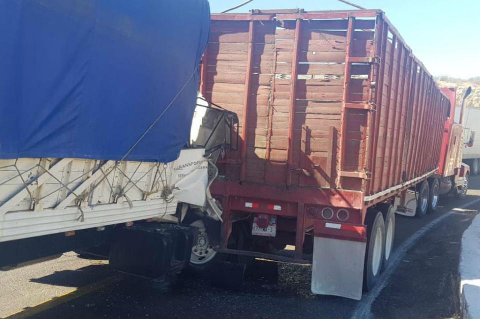 Choque por alcance entre dos camiones de carga en carretera La Paz-Constitución