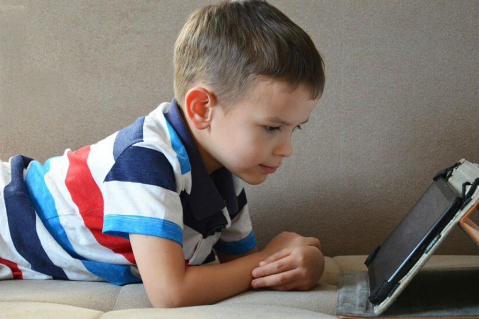 Aumentan casos de miopía en jóvenes y niños por exposición a pantallas