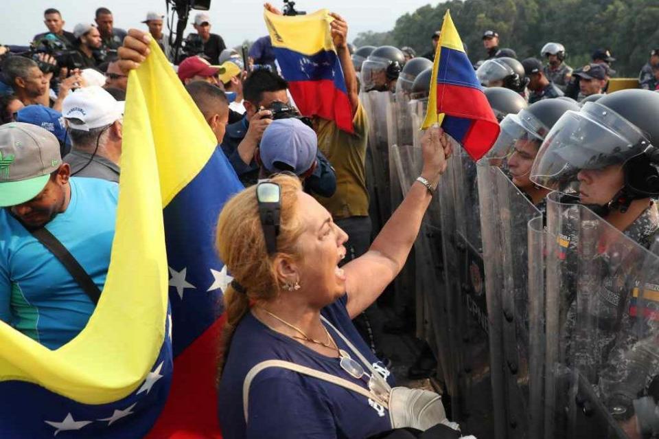 Desertan soldados venezolanos en medio de tensión en pasos fronterizos