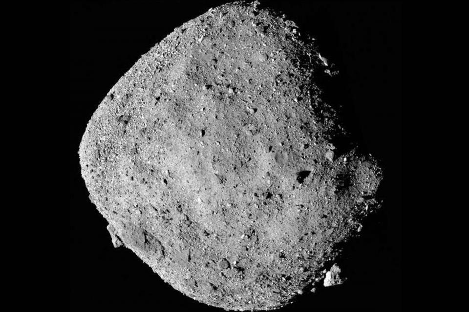 Hallan abundantes minerales acuíferos en asteroide Bennu