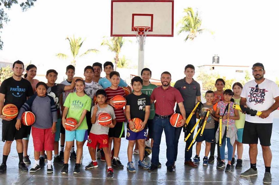 Instituto de la Juventud fomenta el deporte con entrega material a basquetbolistas