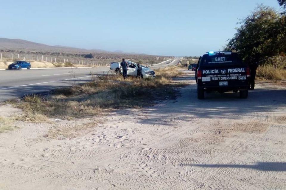 Vuelca camioneta del Gobierno del Estado pasando poblado de Elías Calles