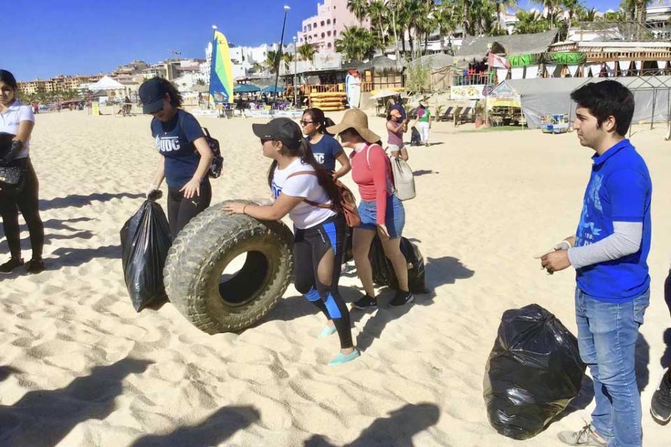 Alumnos de UABCS Los Cabos realizan labor social en Playas de CSL