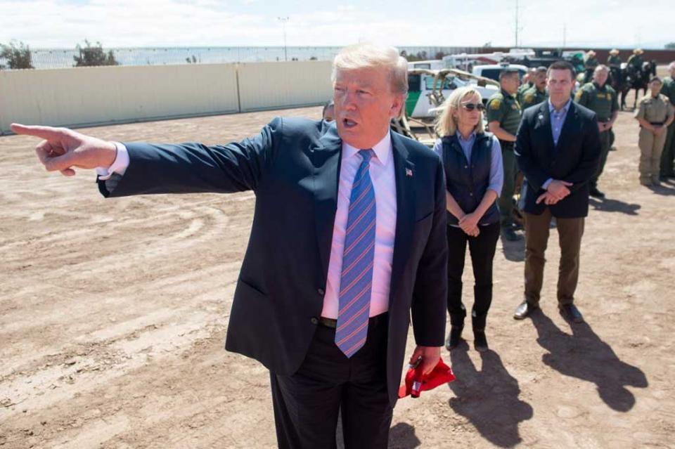 """Donald Trump dice en la frontera con México que EEUU está """"lleno"""""""