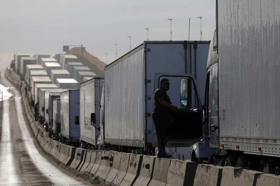 Tardan traileros hasta ocho horas para ingresar a EUA por Garita de Otay
