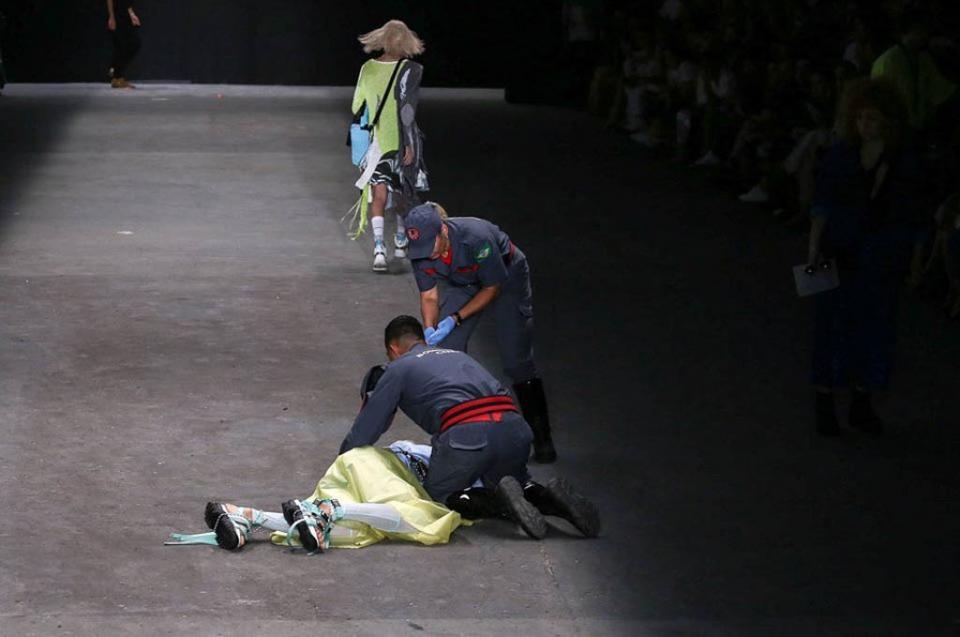 Fallece joven modelo brasileño tras desplomarse en pasarela