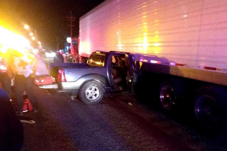 Camioneta impacta contra caja de tráiler en La Paz, conductor sale ileso