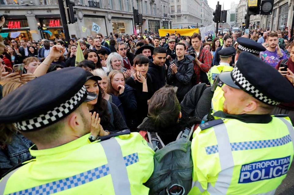 Activistas interrumpen servicio de trenes en Londres