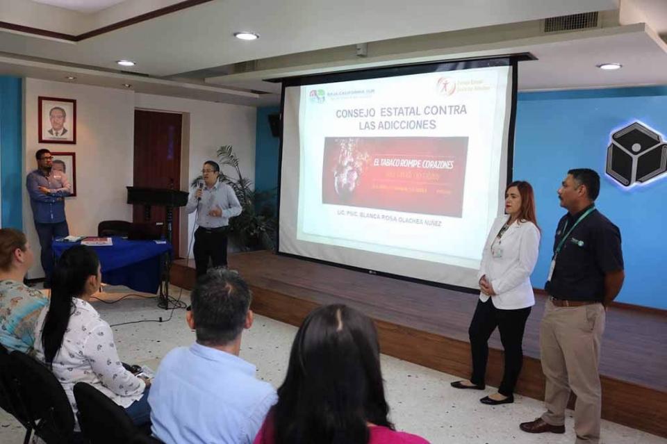 Recibe personal de SEP plática sobre daños causados por el Tabaco