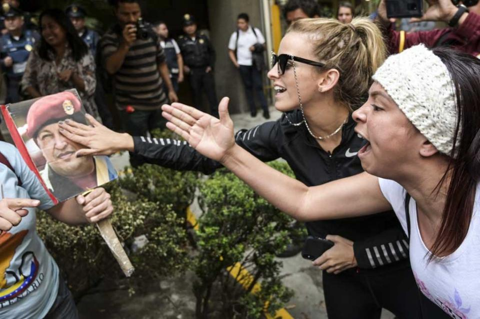 Tensión entre manifestantes se vive frente a la embajada de Venezuela en México