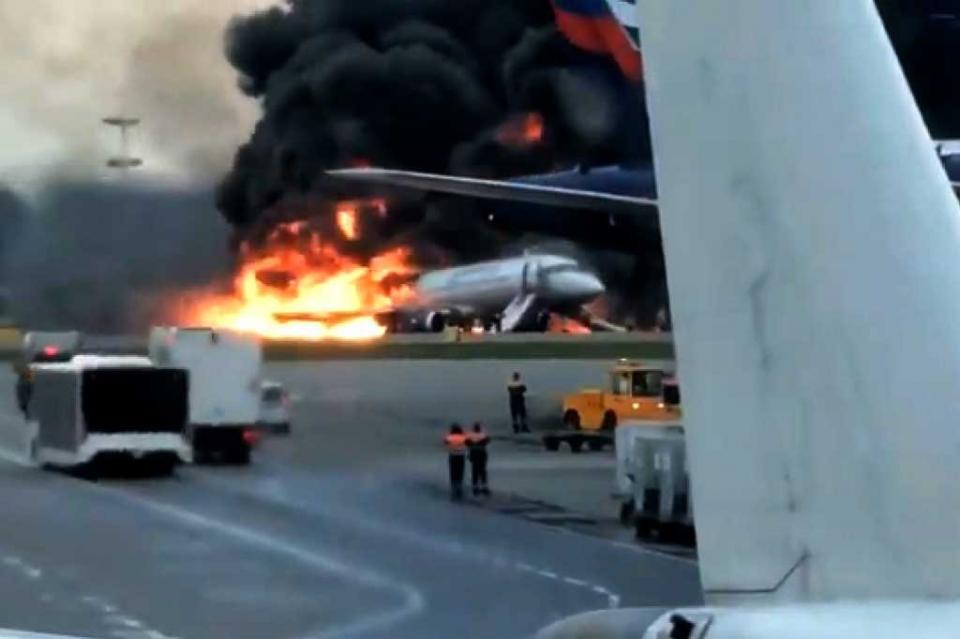 Un avión de pasajeros se incendia en Moscú, trece muertos