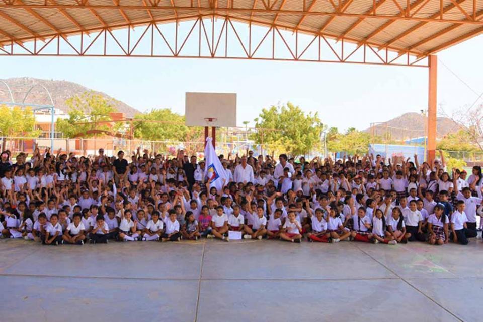 Entrega ICATEBCS lábaro estatal a alumnos y personal de escuelas de BCS