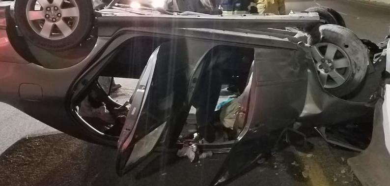 Dos personas lesionadas en volcadura frente a Costa Azul