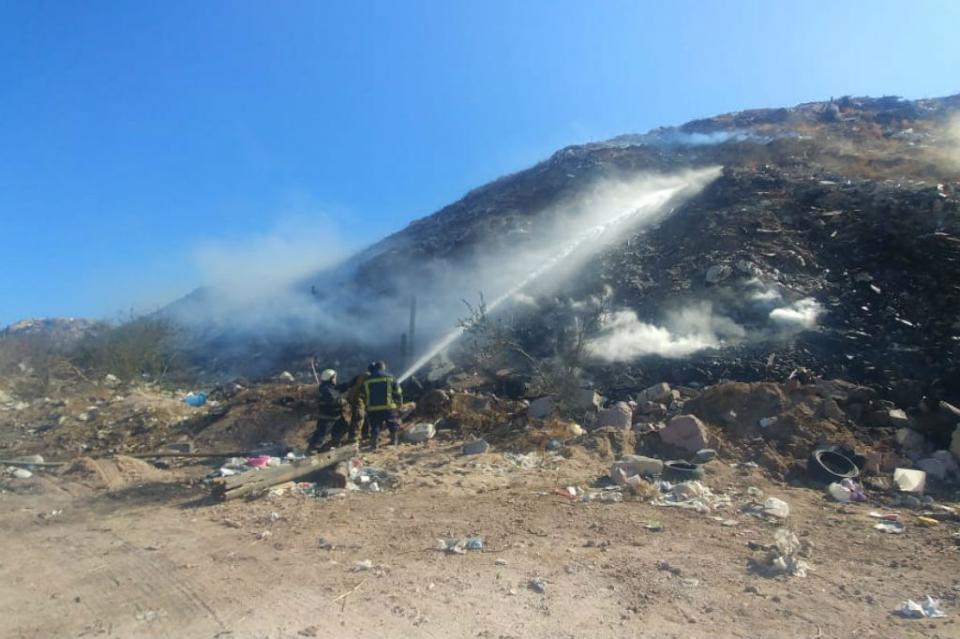 Arde basurero clandestino en La Paz