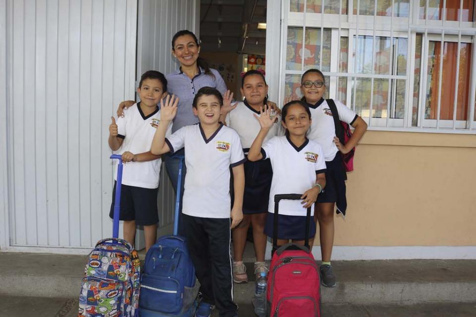 Más de 135 mil alumnos de nivel básico recibirán vales para útiles y uniformes escolares