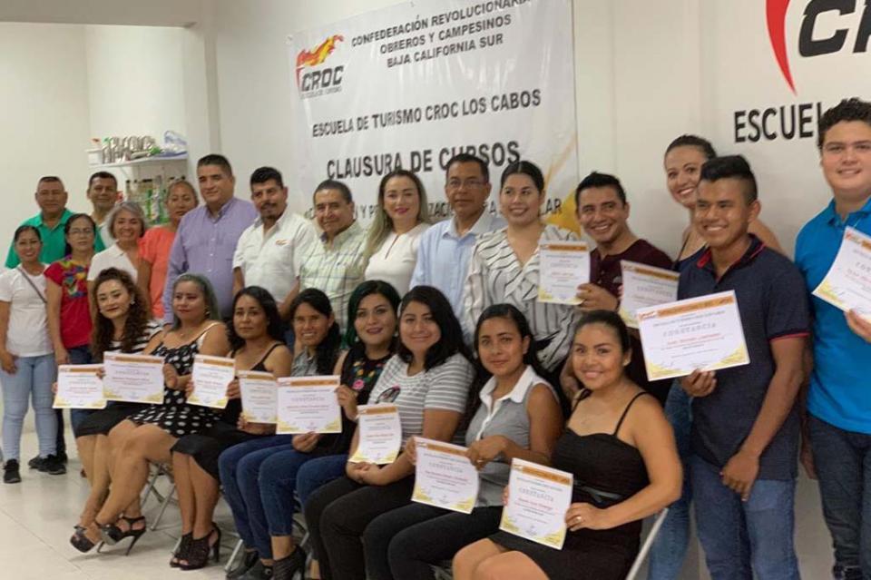 Se gradua primera generación de la Escuela de Turismo CROC de SJC; se gradúan en inglés básico y cultura de belleza