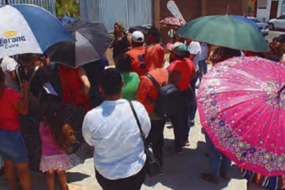 Manifestación de padres de familia en colegio de GAP, piden que maestros despedidos sean reinstalados