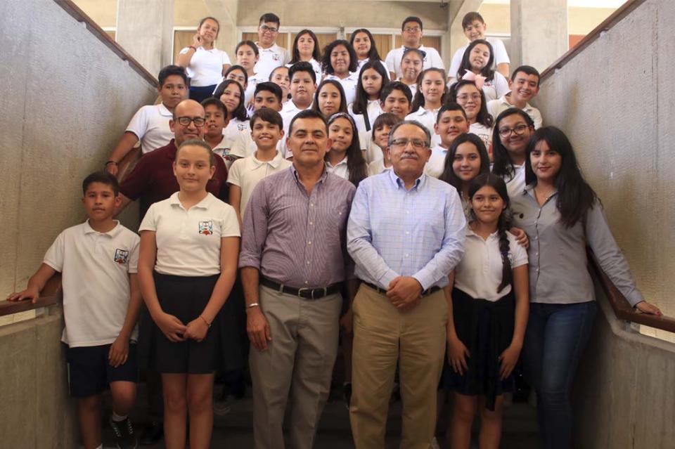 Alumnos de secundaria realizan visita guiada a la UABCS